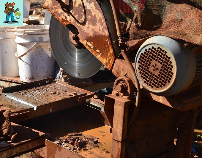 ボルダーオパール原石 ソーイングの様子 ブリックカッター