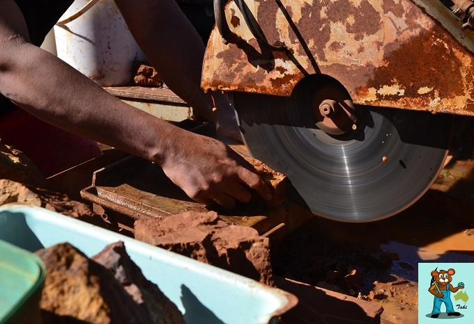 ボルダーオパール原石 ソーイングの様子 作業中