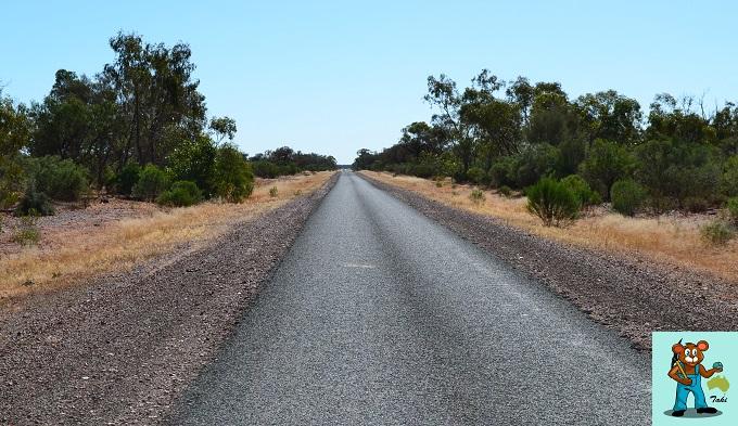 ボルダーオパール鉱山への道のり細くなってきた道